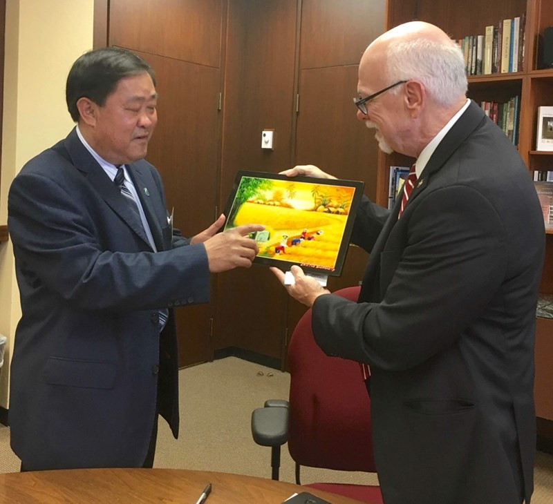 Thanh Toan Ha, rector of Can Tho University, and U of A Chancellor Joseph Steinmetz.