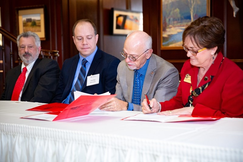 Chancellor Steinmetz and President Jorgenson sign the Transition Academic Program agreement