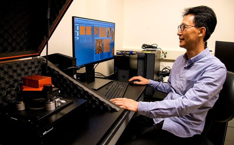Jin-Woo Kim uses an atomic force microscope to examine the structures of nano materials.