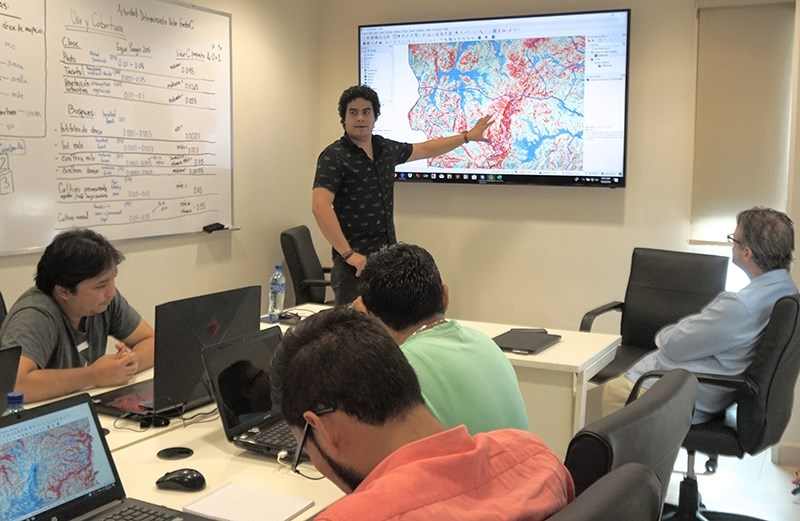 Bryan Fuentes giving technical training on spatial modeling to a group of environmental professionals in Nicaragua.